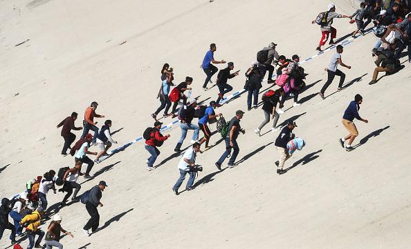 Mario Tama「Immigrant Caravan Members Gather At U.S.-Mexico Border」:写真・画像(12)[壁紙.com]