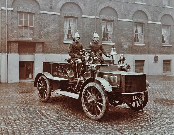 Bell「Firemen In Brass Helmets Aboard A Motor Hose Tender, London Fire Brigade Headquarters, London, 1909」:写真・画像(9)[壁紙.com]