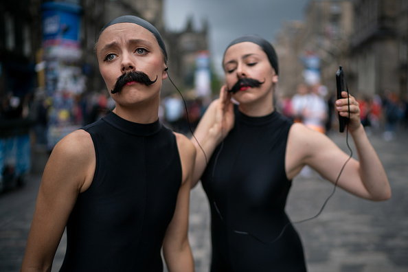 Bestpix「Street Performers Entertain Edinburgh Fringe Festivalgoers On The Royal Mile」:写真・画像(3)[壁紙.com]