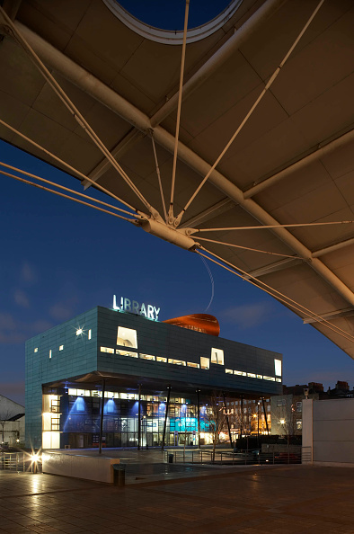 Will Alsop「External view of front of Peckham Library including walkway canopy at dusk, London, UK」:写真・画像(17)[壁紙.com]