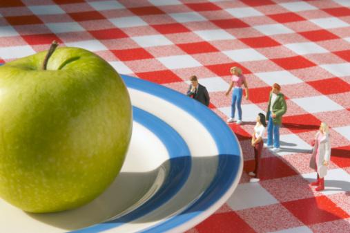 Figurine「miniature people looking at apple」:スマホ壁紙(1)