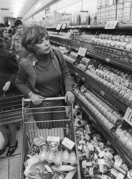 Finance and Economy「Shopping In Tesco's」:写真・画像(7)[壁紙.com]