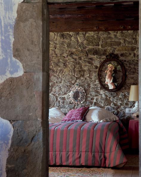 Bedroom「View of cozy bedroom through a doorway」:写真・画像(12)[壁紙.com]