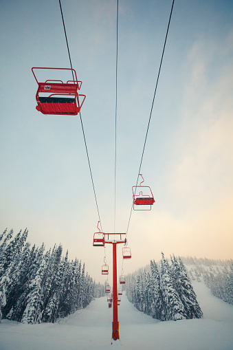 Ski Resort「Red chairlift at Manning Park Ski Resort, British Columbia, Canada.」:スマホ壁紙(12)