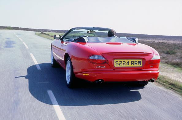 Country Road「1999 Jaguar XKR」:写真・画像(1)[壁紙.com]