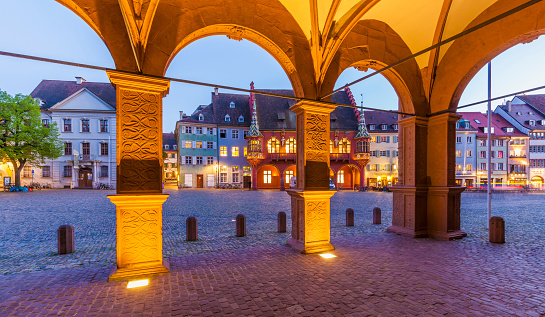 バーデン・ビュルテンベルク州「Germany, Baden-Wuerttemberg, Freiburg, Old town, Munster Square, historical department store and restaurants, blue hour」:スマホ壁紙(18)