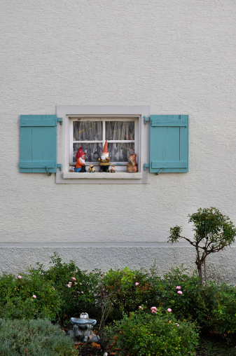 キッチュ「Germany, Baden Wuerttemberg, Window with shutter and garden gnomes」:スマホ壁紙(10)