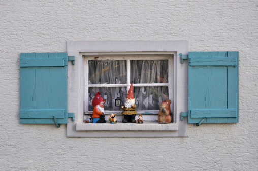 キッチュ「Germany, Baden Wuerttemberg, Window with shutter and garden gnomes」:スマホ壁紙(9)