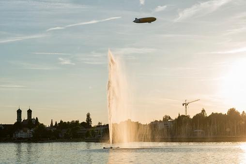 Airship「Germany, Baden-Wuerttemberg, Lake Constance, Friedrichshafen, fountain and zeppelin at sunset」:スマホ壁紙(5)
