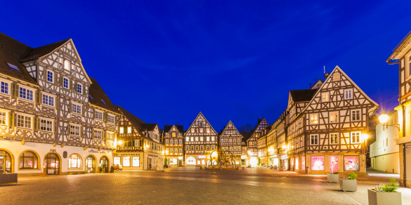 Town Square「Germany, Baden-Wuerttemberg, Schorndorf, Market square, half-timbered houses and fountain」:スマホ壁紙(14)
