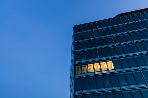 Working Late「Germany, Baden-Wuerttemberg, office building at night」:スマホ壁紙(16)