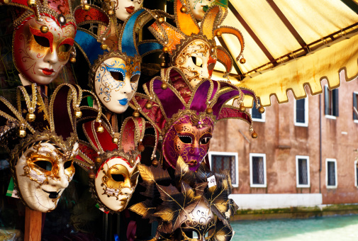 Market Stall「Carnival masks on display by canal in Venice」:スマホ壁紙(10)