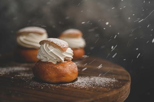 Bakery「Powdered sugar falling on a traditional Swedish dessert Semla」:スマホ壁紙(12)