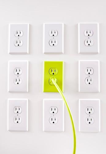 かえる「壁の白電気プラグ、1 つの緑色のコード、アウトレット」:スマホ壁紙(15)
