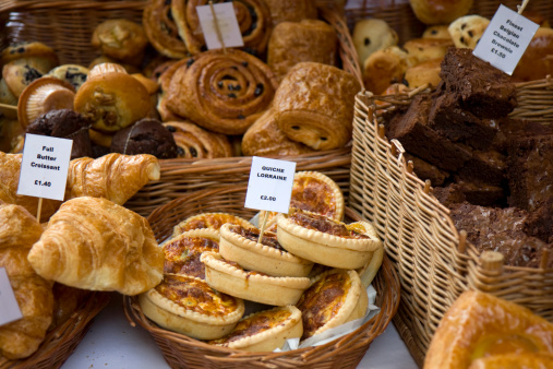 Borough Market「assorted pastries for sale displayed in wicker baskets」:スマホ壁紙(16)