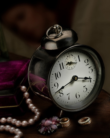 Girly「A vintage clock on a bedside table with a string of pearls, brooch and rings」:スマホ壁紙(4)