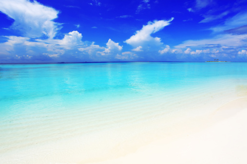 Maldives「Crystal transparent sea and blue sky with white clouds.」:スマホ壁紙(19)