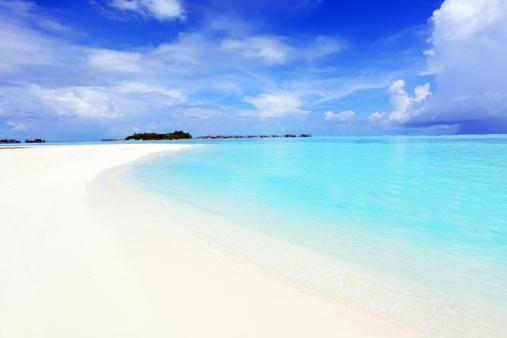 モルディブ「澄み切った透明な海と青い空、白い雲。」:スマホ壁紙(8)