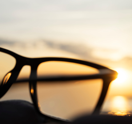 Eyesight「A series of abstract images of black rimmed reading glasses at sunset with selective focus」:スマホ壁紙(10)