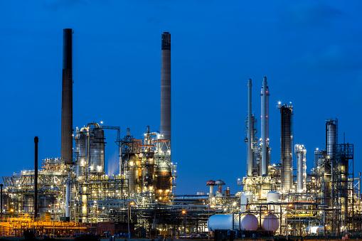 Oil Industry「Modern Petrochemical Plant Illuminated at Dusk」:スマホ壁紙(18)