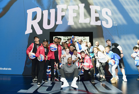 """Ruffled「Ruffles, the Official Chip of the NBA, and Presenting Partner of the NBA Celebrity All-Star Game unveils """"THE RIDGE"""" 4-Point During NBA All-Star Weekend」:写真・画像(16)[壁紙.com]"""