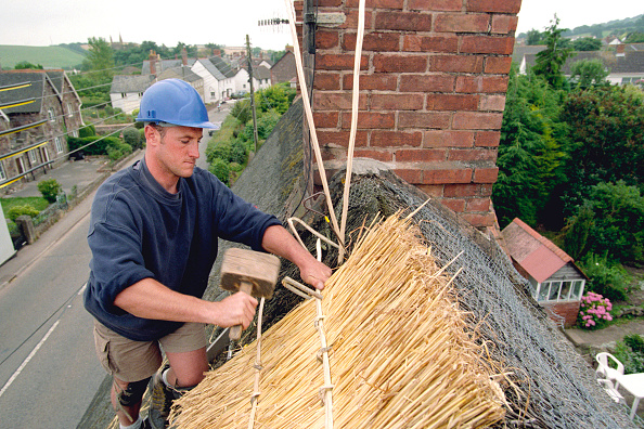 On Top Of「Thatching at apex of roof of Somerset cottage. United Kingdom.」:写真・画像(2)[壁紙.com]