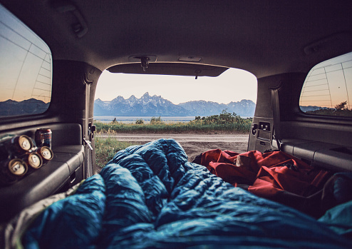 Focus On Background「Bedrolls inside car with mountain range visible in background, Wyoming, USA」:スマホ壁紙(0)