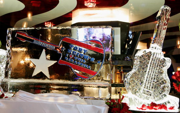 "Ice Sculpture「Harrah's Opens New Restaurant By ""Breaking Burger"" With Toby Keith」:写真・画像(6)[壁紙.com]"