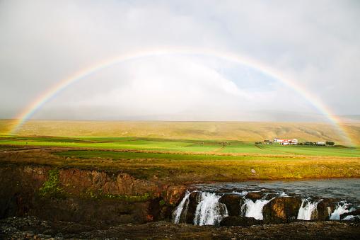 虹「Icelandic rainbow over Kolugljúfur waterfall」:スマホ壁紙(9)