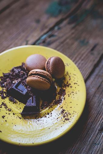 マカロン「Different macarons and chocolate shaving on yellow dish」:スマホ壁紙(15)