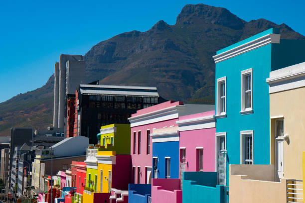 Brightly coloured houses with mountains in the background, Waal Street in Bo-Kaap area (Malaysian/Muslim), Cape Town, South Africa:スマホ壁紙(壁紙.com)