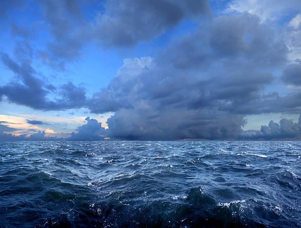 stormy day on sea:スマホ壁紙(壁紙.com)