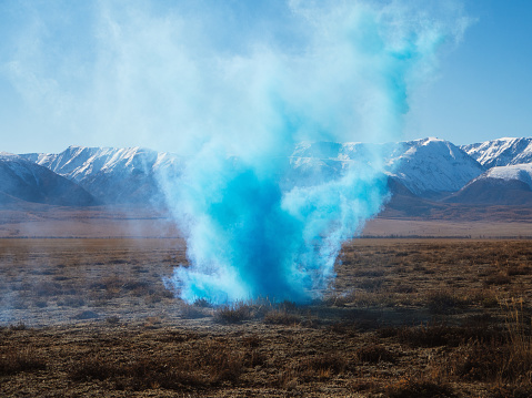 Explosive「Colored smoke in nature」:スマホ壁紙(2)