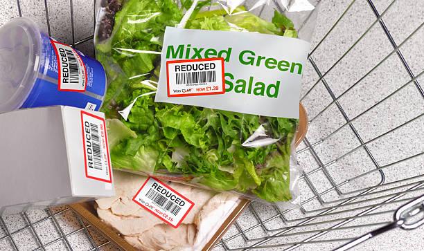 Money off shopping in supermarket basket:スマホ壁紙(壁紙.com)