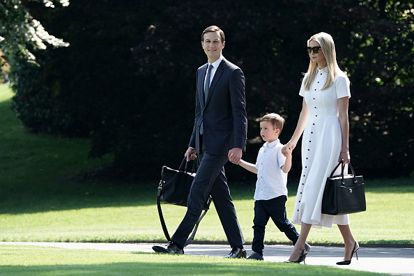全身「President And Mrs Trump Depart White House For New Jersey」:写真・画像(13)[壁紙.com]