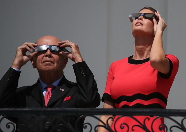 Wilbur Ross「President Trump Views The Eclipse From The White House」:写真・画像(1)[壁紙.com]