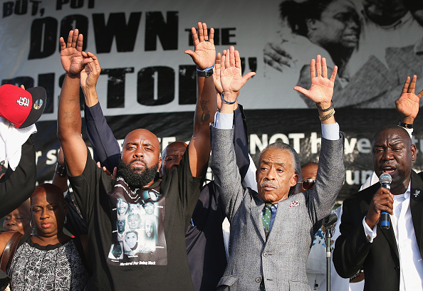 Arms Raised「Ferguson Community Continues To Demonstrate Over Police Shooting Death Of Michael Brown」:写真・画像(12)[壁紙.com]