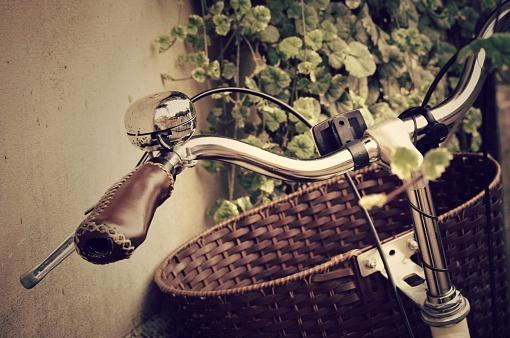 自転車「Basket and handlebars of a vintage bicycle 」:スマホ壁紙(19)
