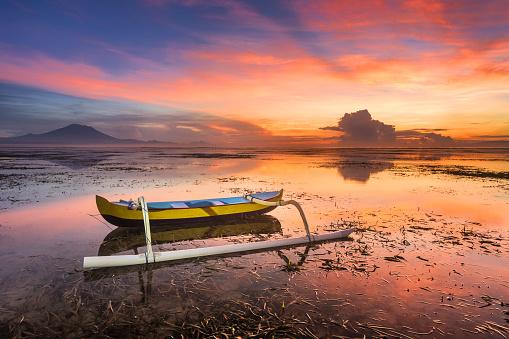 Mt Agung「バリ島、インドネシアの美しい日の出ボートします。」:スマホ壁紙(12)