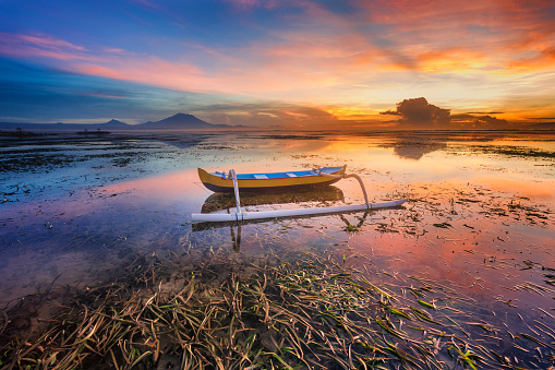 Mt Agung「バリ島、インドネシアの美しい日の出ボートします。」:スマホ壁紙(11)