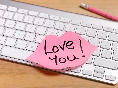 Adhesive Note「secret admirer romantic note left on office desk」:スマホ壁紙(19)