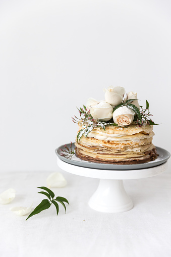 Layered「Crepe cake decorated with roses on a cake stand」:スマホ壁紙(15)