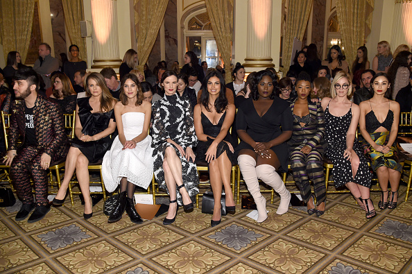アリシア・シルヴァーストーン「Christian Siriano - Front Row - February 2017 - New York Fashion Week: The Shows」:写真・画像(2)[壁紙.com]