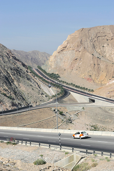 Road Marking「Steep hill with motorways cut through outside of Muscat, Oman」:写真・画像(9)[壁紙.com]