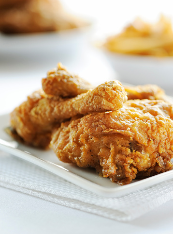 Crunchy「Fried chicken served on white plate」:スマホ壁紙(2)