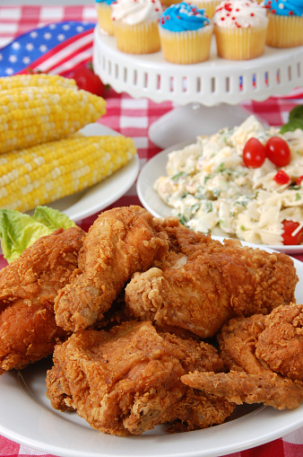 Picnic「Fried chicken, salad, corn and cupcakes for Fourth of July」:スマホ壁紙(16)