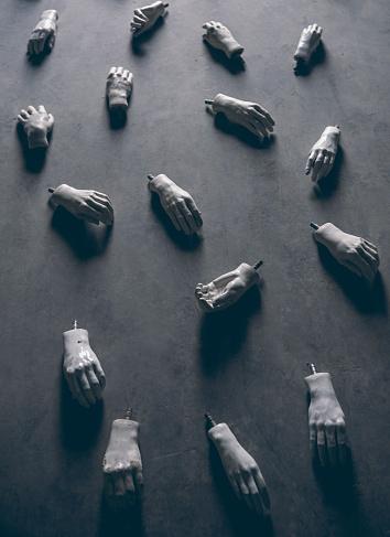 縦位置「Mannequin Hands」:スマホ壁紙(17)