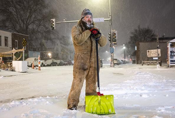 Shovel「Blizzard Conditions Descend On Twin Cities, Sending Temperatures Plummeting」:写真・画像(1)[壁紙.com]