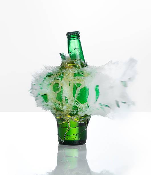 A beer bottle exploding on  a white background:スマホ壁紙(壁紙.com)