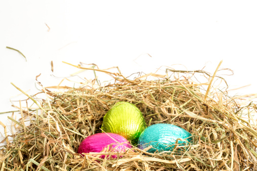 イースター「Three easter eggs nestled in straw nest」:スマホ壁紙(8)